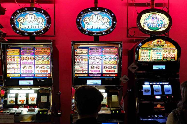 Drei Spielautomaten stehen in einem Raum